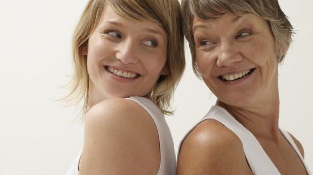 Das Bild zeigt zwei Frauen, die sich zulächeln.