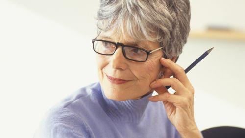 Das Bild zeigt eine nachdenkliche, ältere Frau.