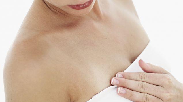 Das Bild zeigt eine Frau mit bandagierter Brust.