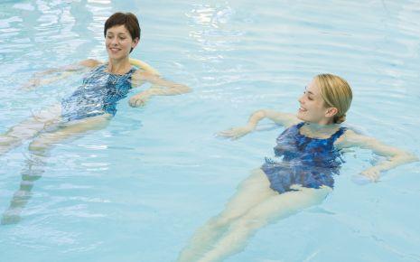 Schwangere entspannt im Wasser.