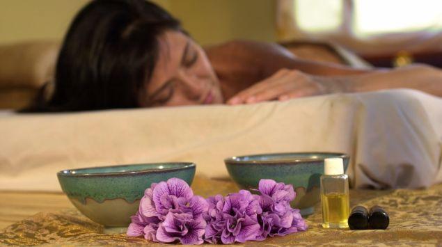 Das Bild zeigt eine Frau, die sich entspannt.