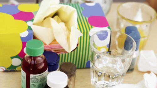 Man sieht verschiedene Medikamente gegen Erkältung.