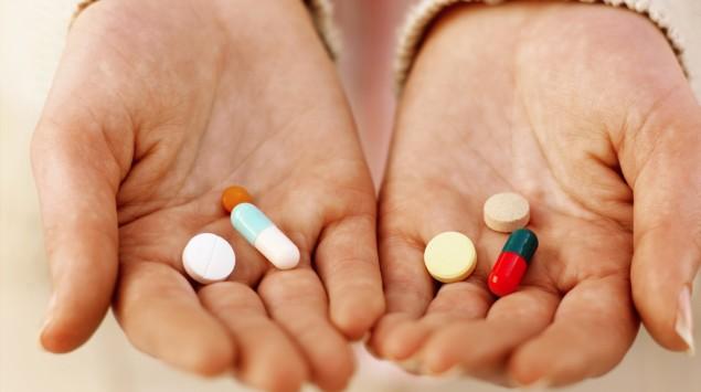 Das Bild zeigt Pillen, die in Händen liegen.