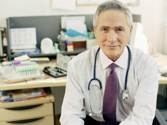 Burnout-Syndrom: Man sieht einen Arzt mit Stethoskop.
