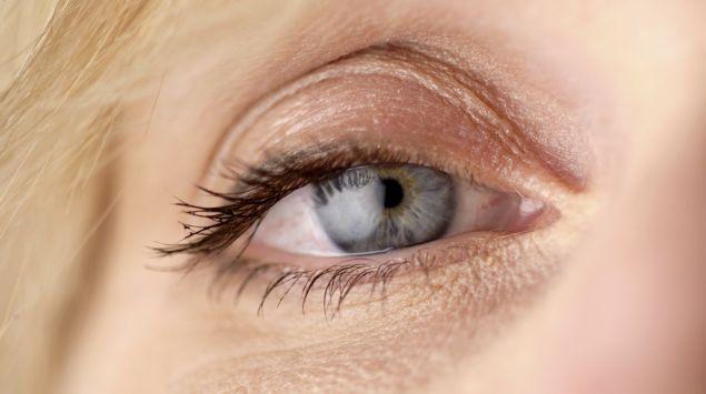 Das Bild zeigt das Auge einer Frau.
