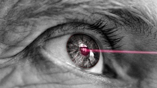 Das Bild zeigt einen Laserstrahl und ein Auge.