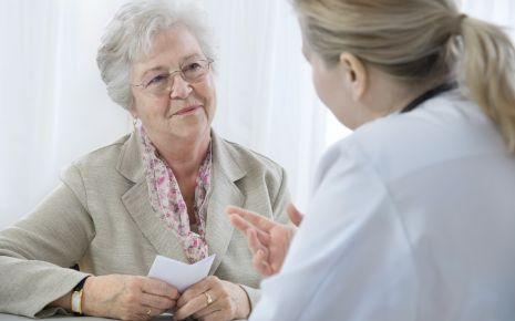 Das Bild zeigt eine Oma, die sich mit einer Ärztin unterhält.