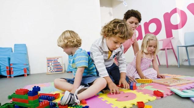 Kinder spielen mit Bausteinen.