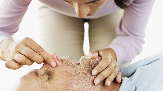 Das Bild zeigt eine Mund-zu-Mund-Beatmung.