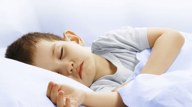 Das Bild zeigt einen schlafenden Jungen.