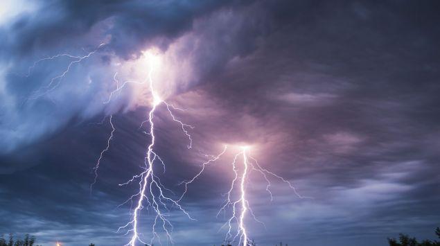 Man sieht zwei einschlagende Blitze.
