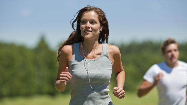 Das Bild zeigt eine Frau beim Joggen.