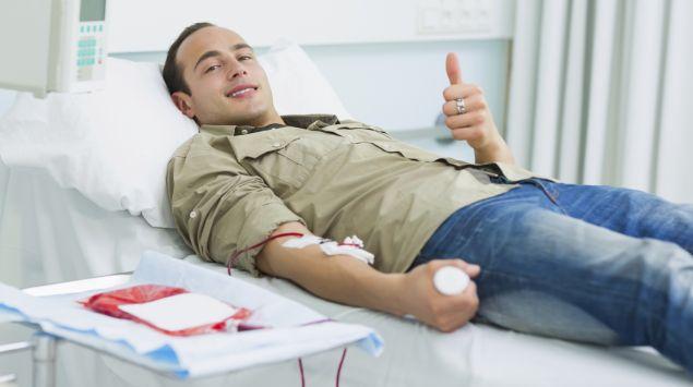 Das Bild zeigt einen Mann bei der Blutspende.