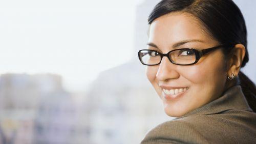 Man sieht eine Frau mit Brille.
