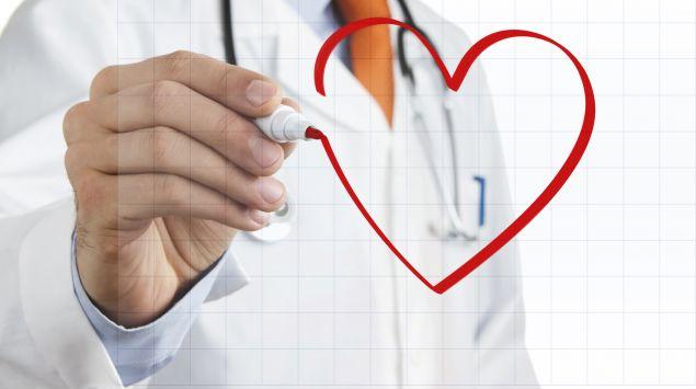 Das Bild zeigt einen Arzt, der ein Herz auf ein Gittermuster zeichnet.