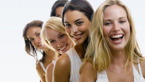 Mehrere junge Frauen stehen hintereinander.