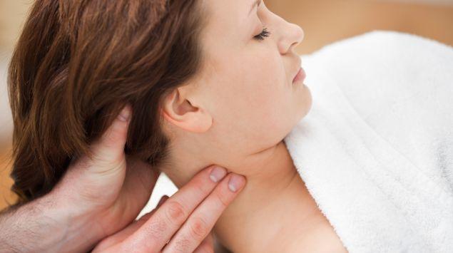 Das Bild zeigt eine Frau, die im Nacken massiert wird.
