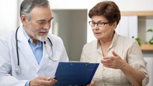 Das Bild zeigt einen Arzt und eine ältere Frau.