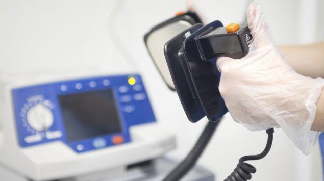 Das Bild zeigt einen Defibrilator.