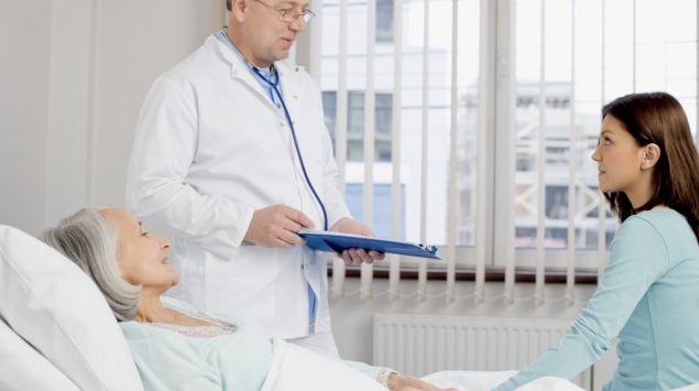 Das Bild zeigt einen Arzt mit einer Patientin.