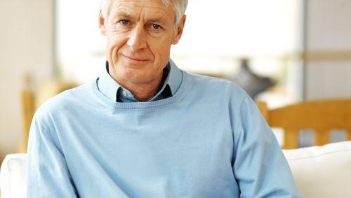Ein älterer Mann blickt nachdenklich.