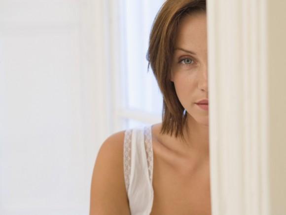 Man sieht das halbe Gesicht einer Frau, die nachdenklich blickt.