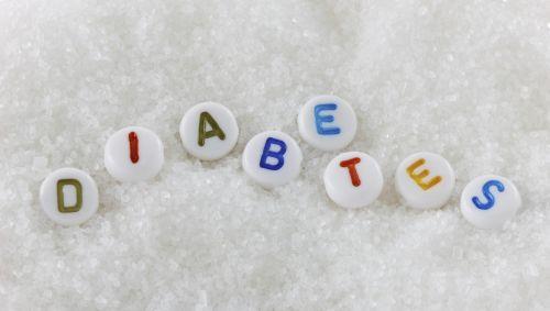 Der Schriftzug Diabetes aus Buchstaben zusammengesetzt, der Hintergrund besteht aus Zucker.