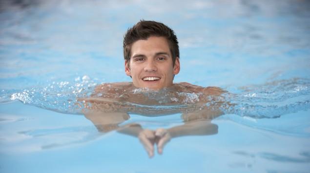 Das Bild zeigt einen Mann, der schwimmt.