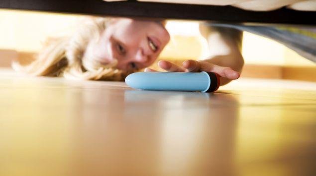 Das Bild zeigt eine Frau mit Vibrator.