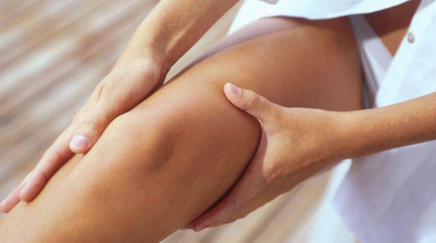 Das Bild zeigt eine Frau, die Durchblutungsstörungen im Bein hat.