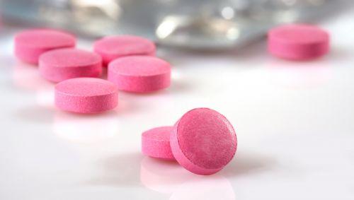 Das Bild zeigt pinke Pillen.