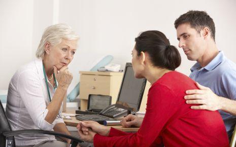 Darüber reden kann helfen: In einer Therapie können beide Partner über ihre Bedürfnisse sprechen.