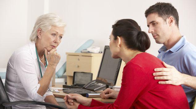 Man sieht ein Ehepaar im Gespräch mit einer Ärztin.