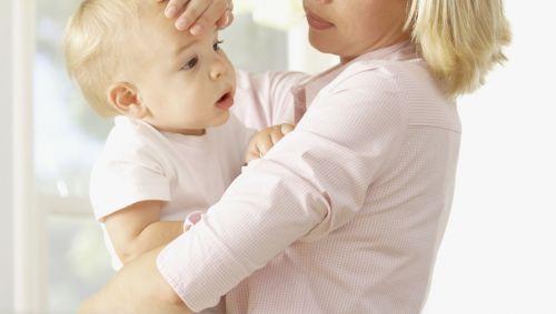 Das Bild zeigt eine Frau mit Kind auf dem Arm.