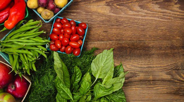 Das Bild zeigt unterschieddliche Gemüsesorten, die auf einem Tisch liegen.