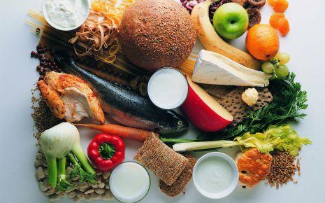 Rheuma: Die Wahl der Nahrungsmittel kann dabei helfen, Entzündungen zu hemmen und Osteoporose vorzubeugen.