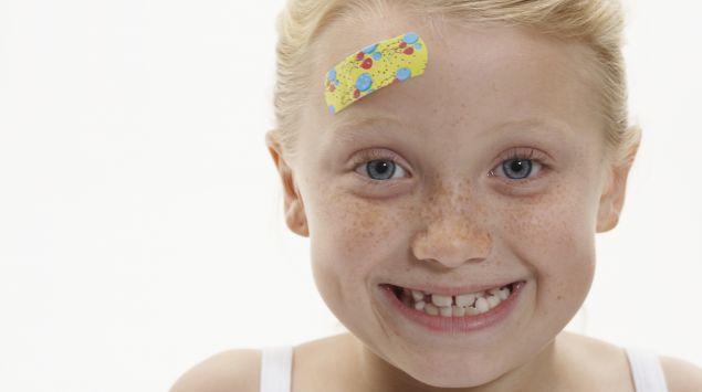 Das Bild zeigt ein Kind mit einem Pflaster auf der Stirn.