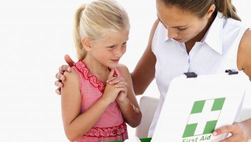 Das Bild zeigt ein Kind, das in einen Erste-Hilfe-Koffer schaut.