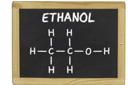 Das Bild zeigt eine Tafel mit der Strukturformel von Ethanol.