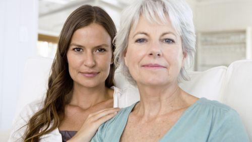 Das Bild zeigt eine junge und eine ältere Frau.