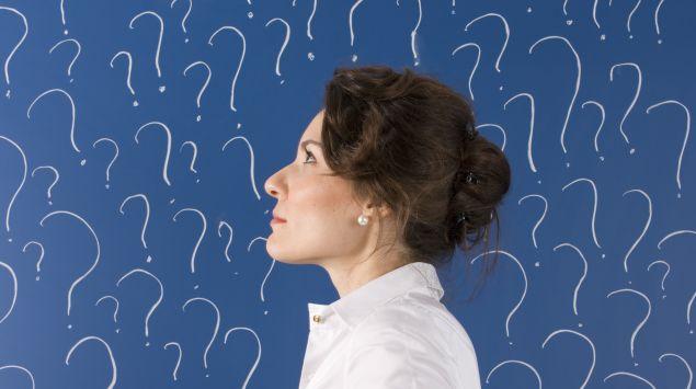 Das Bild zeigt eine Frau im Profil vor einem Hintergrund mit Fragezeichen.