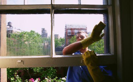 Schleimbeutelentzündung. Ein Mann putzt Fenster.