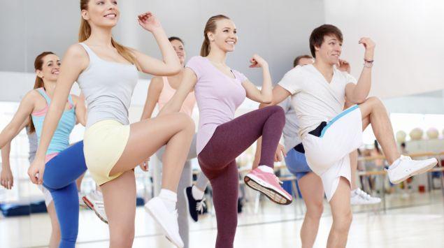 Das Bild zeigt eine Gruppe beim Fitnesstraining.