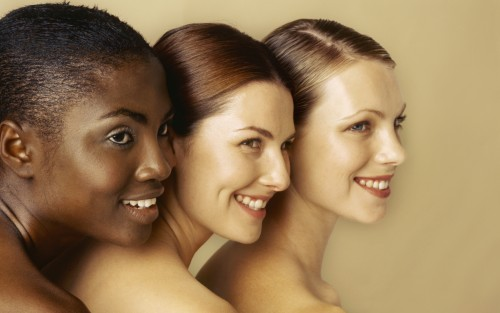Drei Frauen mit unterschiedlichen Hauttypen.