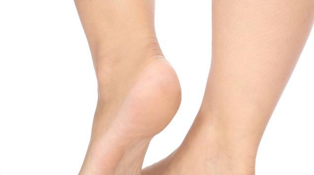 Man sieht die Füße einer Frau.