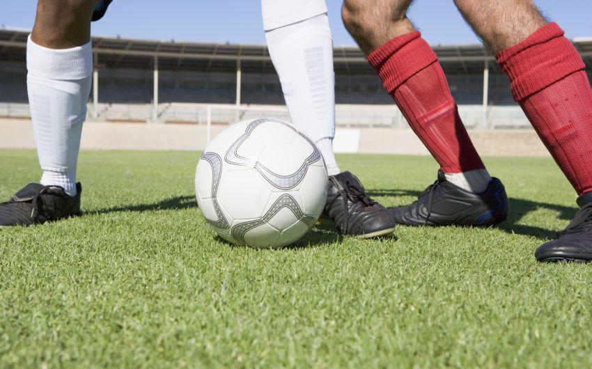 Das Bild zeigt einen Zweikampf beim Fußball.
