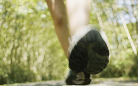 Man sieht einen Fuß in einem Joggingschuh.