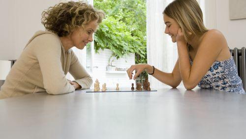 Das Bild zeigt zwei Frauen beim Schachspielen.