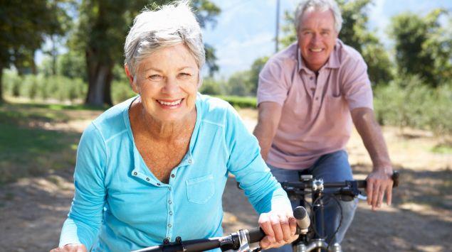 Ein älteres Paar beim Fahrradfahren.