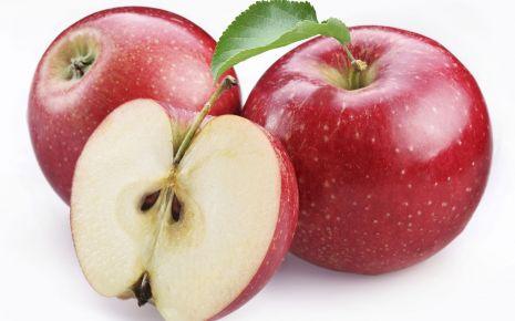 Durchfall: Mehrere Äpfel, einer davon aufgeschnitten.